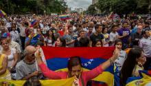 Cientos de personas participan en una manifestación contra el Gobierno nacional hoy, lunes 01 de mayo del 2017, en Caracas (Venezuela).EFE/MIGUEL GUTIÉRREZ