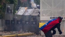 Manifestantes se enfrentan con policías antimotines hoy, jueves 4 de mayo de 2017, en Caracas (Venezuela).EFE/Miguel Gutiérrez