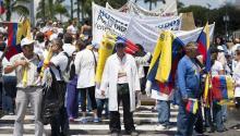 Un médico (c) participa en una manifestación en la PlazaVenezuelade Caracaspara denunciar unacrisisen el sector sanitario del país. EFE/SANTI DONAIRE
