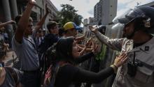 Estudiantes se manifiestan en rechazo a la decisión del Tribunal Supremo de asumir las competencias del Parlamento, hoy, viernes 31 de marzo de 2017, en Caracas (Venezuela). EFE/Cristian Hernández