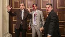 El diputado Luis Stefanelli (i) y el diputado Jose Regnault (c) permanecen en un pasillo de la asamblea nacional en un pasillo de la Asamblea Nacional luego de una disputa con manifestantes ayer, miércoles 5 de julio de 2017, en Caracas (Venezuela).EFE/MIGUEL GUTIÉRREZ