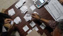 Table members and witnesses participate in the closure of tables and audit of records, in an electoral center after the regional elections on Sunday, October 15, 2017, in Caracas, Venezuela. EFE / Cristian Hernández