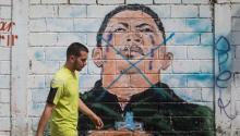 Un hombre camina frente a una pared con un dibujo del fallecido presidente deVenezuelaHugo Chavez hoy, viernes 21 de abril de 2017, en Caracas (Venezuela).EFE/MIGUEL GUTIERREZ