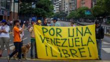 Manifestantes participan en una protestaayer, martes 2 de mayo de 2017, en Caracas (Venezuela). EFE/MIGUEL GUTIÉRREZ