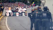 Los manifestantes venezolanos se organizan para enfrentar la represión de la Guardia Nacional Bolivariana, en Caracas, 03 de Mayo de 2017.EFE/MIGUEL GUTIERREZ
