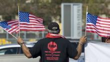 Un grupo deveteranosde guerradeportadosprotestaron en honor de losveteranosdeportadosque han muerto fuera de los Estados Unidos, y exigieron cambios a las leyes que darían a losveteranosdeportadosacceso a beneficios médicos. EFE/David Maung