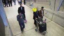 Dos hermanos (i,d), a los que denegaron el acceso tras elvetomigratoriodel presidente estadounidense, DonaldTrump, son recibidos por su padre (c), en el aeropuerto de Chantilly, Virginia, Estados Unidos, el6 de febrero de 2017.EFE/Shawn Thew