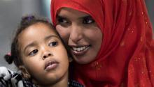 Una mujer y su hija de nacionalidad somalí a las que denegaron el acceso tras elvetomigratorio del presidente estadounidense, DonaldTrump, tras pasar por la aduana del aeropuerto de Chantilly, Virginia, Estados Unidos, el6 de febrero de 2017.EFE/Shawn Thew