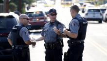 Agentes de policía estadounidenses permanecen en el lugar donde se produjo un tiroteo ocurrido en Alexandria,Virginia(Estados Unidos), hoy, 14 de junio de 2017. Varias personas resultaron heridas, entre ellas el congresista republicano Steve Scalise, en el ataque. EFE/SHAWN THEW