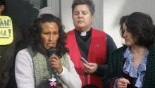 Foto de archivo:La pastora Anne Dunlap, de la iglesia Comunidad Liberación (c) y Nicole Melaku (d.), portavoz de Derechos para Todos, una organización pro-inmigrante de Denver, escuchan a la inmigrante mexicanaJeanetteVizguerra(i.)EFE/Francisco Miraval