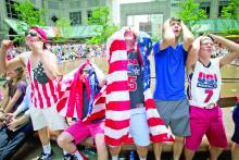 Fanáticos estadounidenses sufren tras un intento fallido de gol durante los último minutos del juego entre EE.UU. y Alemania el 26 de junio de 2014.