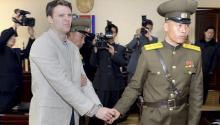 13/6/2017.- Fotografía de archivo facilitada por la agencia estatal de noticias norcoreana (KCNA) que muestra al estudiante estadounidenseOttoFrederickWarmbier(i), esposado durante su juicio en la Corte Suprema de Corea del Norte el 16 de marzo de 2016.EFE/Kcna