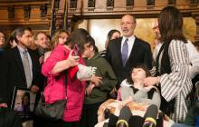 El Gobernador Wolf saluda a los partidarios y anima a los legisladores a aprobar la Ley de la Marihuana Medicinal. Foto Cortesía de Creative Commons.