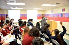 La Senadora del Estado de Nueva Jersey, Nilsa Cruz-Perez habla sobre el servicio público a chicas de educación media en la LEAP Academy en Camden, Nueva Jersey, como parte del Mes de la Historia de la Mujer. Foto: Peter Fitzpatrick/AL DÍA News.