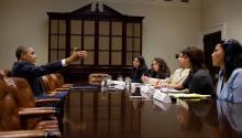 AL DÍA fue uno de los medios invitados a una mesa redonda que el presidente de EE.UU., Barack Obama, sostuvo el pasado 8 de agosto en el Salón Roosevelt de la Casa Blanca. Aparecen en la fotografía (de izq. a der.) Isabel Morales de El Nuevo Herald, Antonieta Cadiz de La Opinión, Arturo Varela de AL DÍA NEWS, Milagros Vela de El Tiempo Latino y Mitzi Macías del Washington Hispanic. Foto: Pete Souza/White House