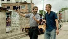 El padre Julián (Ricardo Darín) y su colega belga más joven Nicolás (Jeremie Renier) deciden adentrarse en la villa.