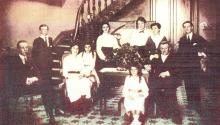 Madeleine Truel (en el centro de la imagen) era la menor de ocho hermanos. En la fotografiá aparece junto a su padre Alexandre Truel (der.). Foto de Luis E. Cam.