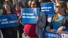 Activistas demuestran en apoyo a una mujer embarazada de 17 años detenida en una instalación de Texas para que los niños inmigrantes no acompañados obtengan un aborto el 20 de octubre de 2017. AP Photo / J. Scott Applewhite