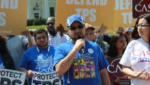 Mardoel Hernández, un hondureño beneficiario del TPS, en plena manifestaciónfrente a la Casa Blanca el pasado lunes, 7 de mayo. EFE