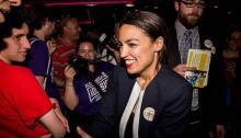 Alexandria Ocasio-Cortez celebra con simpatizantes en una fiesta de victoria en el Bronx después de vencer al actual representante demócrata Joseph Crowley el 26 de junio de 2018. Scott Heins/Getty Images