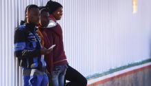 Fotografía de archivo fechada el 13 de abril de 2017 que muestra ainmigranteshaitianos que esperan para ingresar a territorio estadounidense desde Tijuana (México). EFE/Alejandro Zepeda