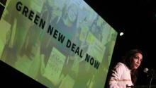 """WASHINGTON, DC - 13 DE MAYO: la representante de los EE.UU. Alexandria Ocasio-Cortez (D-NY) habla durante un mitin en la Universidad de Howard el 13 de mayo de 2019, en Washington D.C. El Movimiento Sunrise realizó un evento para la última parada de la gira Road to a Green New Deal para """"explorar cómo se ve el dolor de la crisis climática en D.C. y en el país, y lo que significa la promesa del Green New Deal."""" (Foto por Alex Wong/Getty Images)"""
