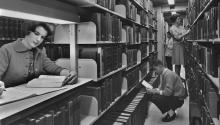 Los estudiantes de la Universidad de Pensilvania ubican libros en las pilas de la nueva Biblioteca Charles Patterson Van Pelt en 1962. (Foto de Authenticated News/Archive Photos/Getty Images)