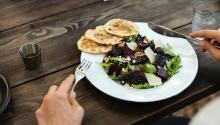 Comer pequeñas cantidadesfavorece nuestro metabolismo. Foto:Rawpixel.com