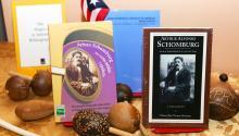 """Schomburg como """"uno de los bibliófilos y coleccionistas negros más reputados"""" quien """"dedicó su vida"""" a recopilar materiales que documentan la vida negra."""