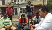 El CEO y presidente de ASPIRA Inc. of PA Alfredo Calderon (der.) ser reunió personalmente con estudiantes de Olney Charter High School durante una manifestación a inicios de julio, para escuchar sus quejas y preocupaciones.
