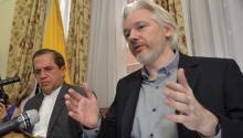 El fundador de WikiLeaks Julian Assange fue acompañado por el canciller ecuatoriano Ricardo Patiño durante una conferencia de prensa este lunes.