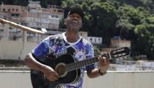 Carlos Augusto Jacob toca la guitarra en su terraza en Morro dos Tabares. Foto Gabriel de Paiva/ O Globo