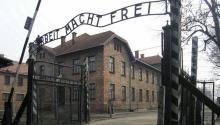 Entrada al campo de exterminionazi de Auschwitz, en la actual Polonia. Se calcula que murieronun millón de judíosdurante la SegundaGuerra Mundial. Foto: Wikipedia