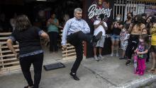 Fabio Rodolfo Vásquez y su esposa María Moreno se conocieron bailando hace 30 años. Photo: Associated Press