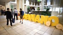Un grupo de personas fue registrado este miércoles a su llegada a la inauguración del séptimo Congreso Internacional sobre Banano, en Miami (Florida, EE.UU.). EFE