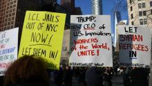 Imagende una manifestación enNueva York en enerode 2015en contra de las políticas anti-inmigraciónque quiere imponer el presidenteTrump. Foto: Wikimedia.