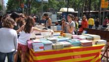 Imagen de la Diada de Sant Jordi, una celebración que se celebra cada 23 de abril en Barcelona y el resto de Catalunya. La tradición manda que el hombre regale una rosa a su amada, y ella le compre un libro. Con el tiempo, esta popular tradición ha acabadodando lugar al Día Mundial del Libro. Foto: Flickr.
