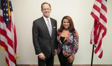La estudiante universitaria Sophia Barrios junto al senador de Pensilvania Patrick Toomey.