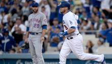 Yasmani Grandal (No. 9) of the Los Angeles Dodgers in the foreground. Photo: EFE