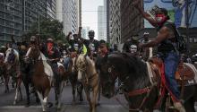 La treintena de cowboys negros lideraba a 60.000 manifestantes en las protestas por la muerte de George Floyd en Houston, Texas. Foto: Reuters.