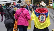 Ellas salieron a protestar este martes por las calles de Bogotá retando las medidas del Gobierno, que prohibió el uso de cascos. En su lugar usaron ollas. Alexa Rochi