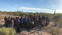 Fotografía cedida por la Patrulla Fronteriza donde se muestra a un grupo deinmigrantesde los 1200, la mayoría centroamericanos, que fueron arrestados en los últimos tres meses mientras viajaban como parte de numerosos grupos de indocumentados. EFE