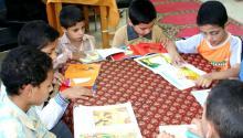 Niños latinos aprendiendo a leer. Foto: Pixnio
