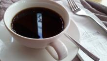 Una taza de café mejorada con ¿mantequilla?