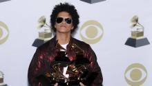 BrunoMarsposa con sus seis estatuillas en la rueda de prensa de la 60 ceremonia de los Grammy, celebrada el domingo por la noche en Nueva York. Foto: EFE/EPA/JUSTIN LANE