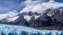 El glaciar Grey, que acaba en el lago del mismo nombre, es uno de los espectáculos naturales más impresionantes del parque Torres del Paine, en Chile, fue declaradoReserva de la Biósfera por la ONU en1978 y visitado por millares de turistas año tras año. La masa de hielo de 244 kilómetros cuadradosha ido retrocediendo de forma continua desde 1945 y es uno de los glaciares chilenos que más superficie ha perdido en los últimos años. EFE/JOEL ESTAY