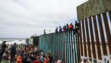 Hundreds of immigrants congregate on the border wall with the United States on Sunday, April 29, 2018, on the side of Tijuana (Mexico). A group of activists from the United States arrived at the Friendship Park in San Diego, California, to express their solidarity with the members of the caravan of Central American migrants who will ask for asylum in the San Ysidro port. EFE / Joebeth Terriquez