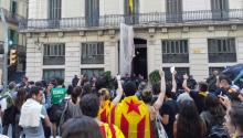 The brutality perpetrated by Spanish police last Sunday in order to prevent a referendum of independence in Catalonia has pushed dozens of young people to protest against the presence of the Spanish police in Barcelona. Photo: Andrea Rodés