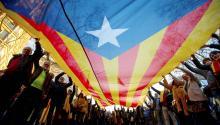 """Varios manifestantes portan una gran estelada durante la movilización celebrada hoy en el centro de Barcelona para protestar contra el juicio del """"procés"""", bajo el lema """"la autodeterminación no es delito"""". EFE/ Enric Fontcuberta"""