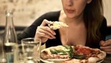 La cena es el momento del día más delicado para nuestra dieta. Foto:bruce mars